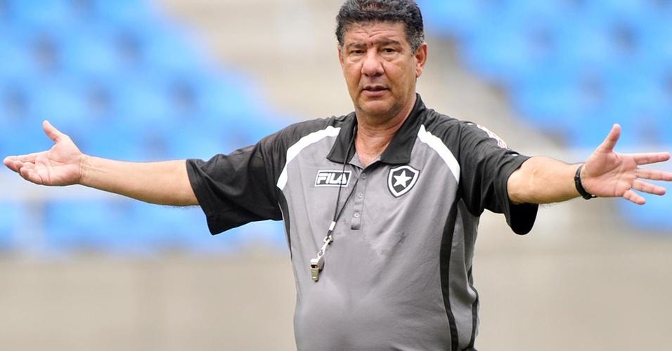 Técnico Joel Santana gesticula durante treinamento do Botafogo