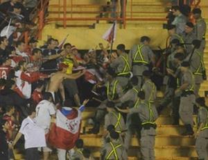 Torcedores do Independiente entram em conflito com a polícia goiana antes do início do jogo
