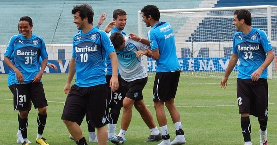 Renato Gaúcho leva a pior em brincadeira com jogadores
