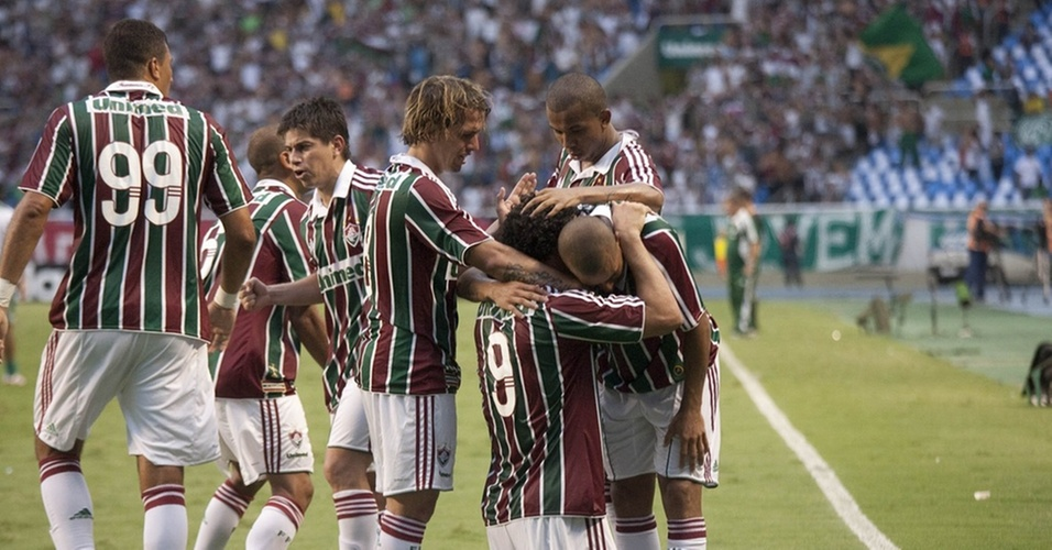 Jogadores do Fluminense comemoram gol de Emerson contra o Guarani