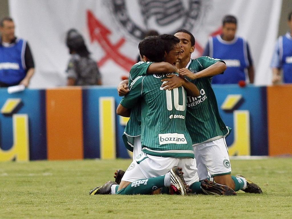 Jogadores do Goiás comemoram gol após falha do goleiro Julio Cesar