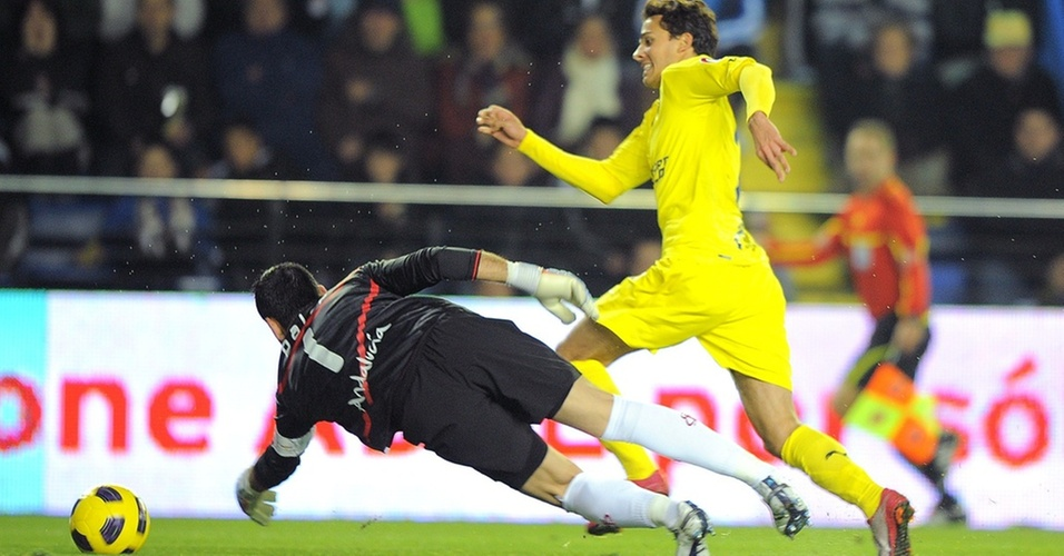 Nilmar dribla Palop para marcar gol do Villarreal sobre o Sevilla