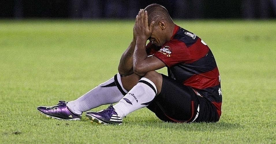 Uelliton, do Vitória, lamenta o rebaixamento da equipe após empate com Atlético Goianiense