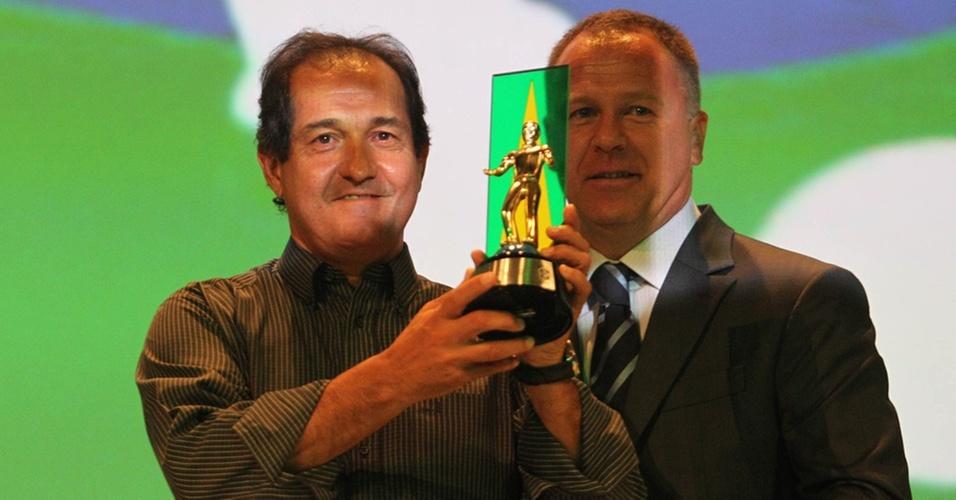 Eleito melhor técnico do Brasileirão, Muricy Ramalho recebe troféu do técnico da seleção Mano Menezes no Prêmio Craque do Brasileirão