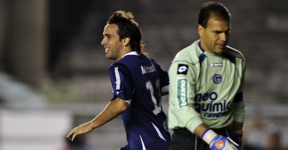 Harlei (d) mostra decepção, e Parra comemora um de seus dois gols ainda no primeiro tempo da partida entre Goiás e Independiente