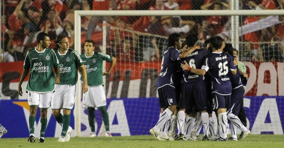 Jogadores do Independiente (d) comemoram um gol contra o Goiás