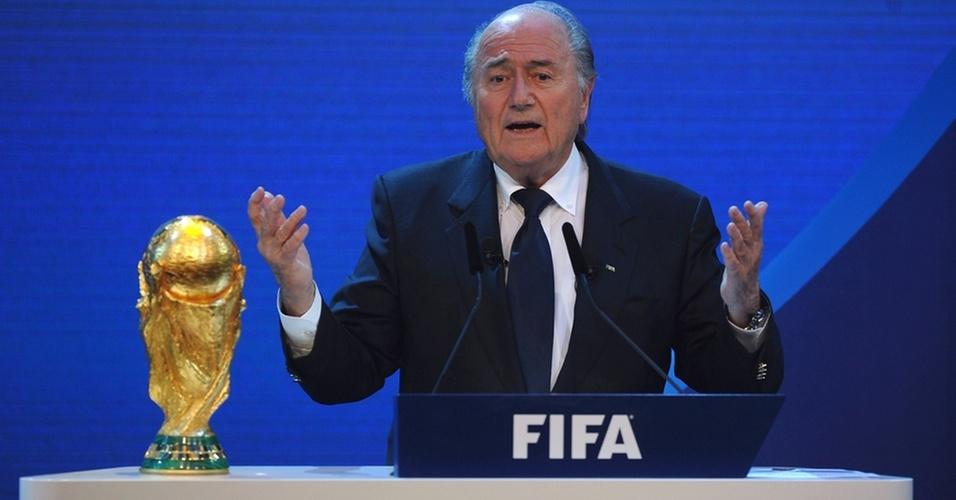 Joseph Blatter discursa durante anúncio das sedes para as Copas do Mundo de 2018 e 2022