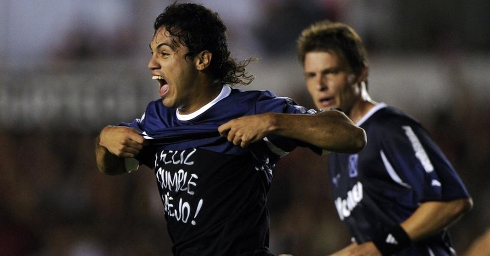 Julian Velazquez comemora ao abrir o placar para o Independiente contra o Goiás