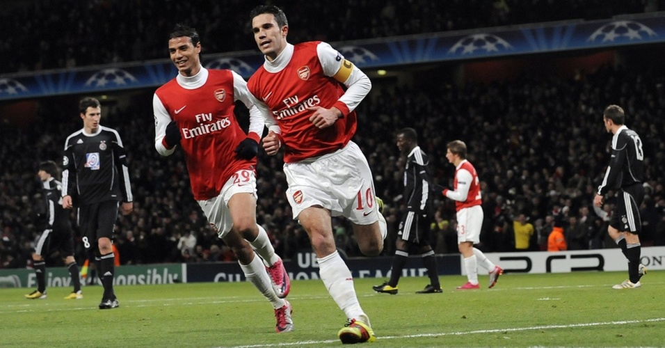 Robin Van Persie (à direita) corre para comemorar após marcar de pênalti para o Arsenal