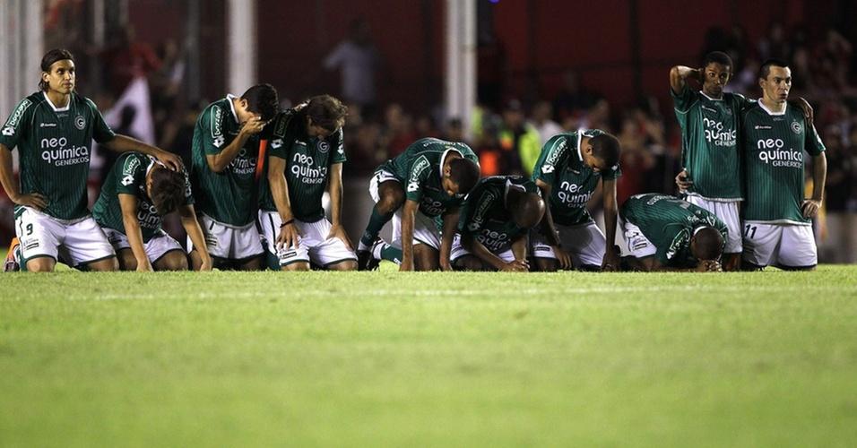 Jogadores do Goiás mostram decepção após perderem, nos pênaltis, para o Independiente