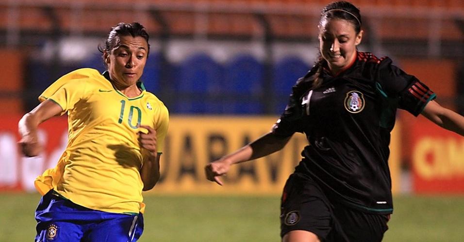Marta tenta drible sobre a mexicana Natalie no Torneio Internacional Cidade de São Paulo