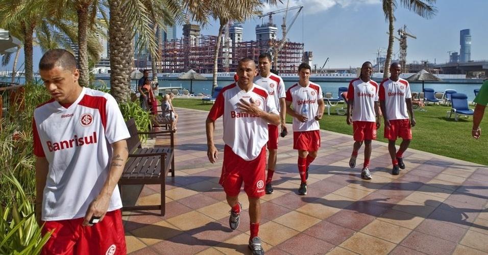 Jogadores do Internacional passeiam pelo hotel em Abu Dhabi