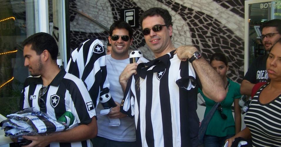 Torcedores compram a camisa retrô de Túlio na sede do Botafogo
