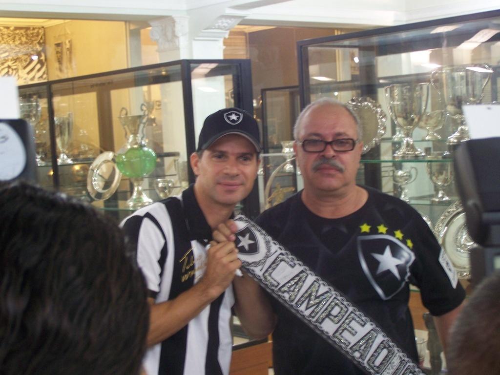 Túlio Maravilha posa para foto com um torcedor na sede do Botafogo