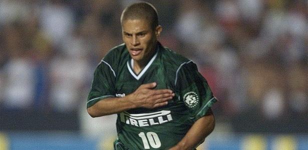 Alex comemora gol do Palmeiras em 2002; dois chapéus marcaram a partida há 15 anos