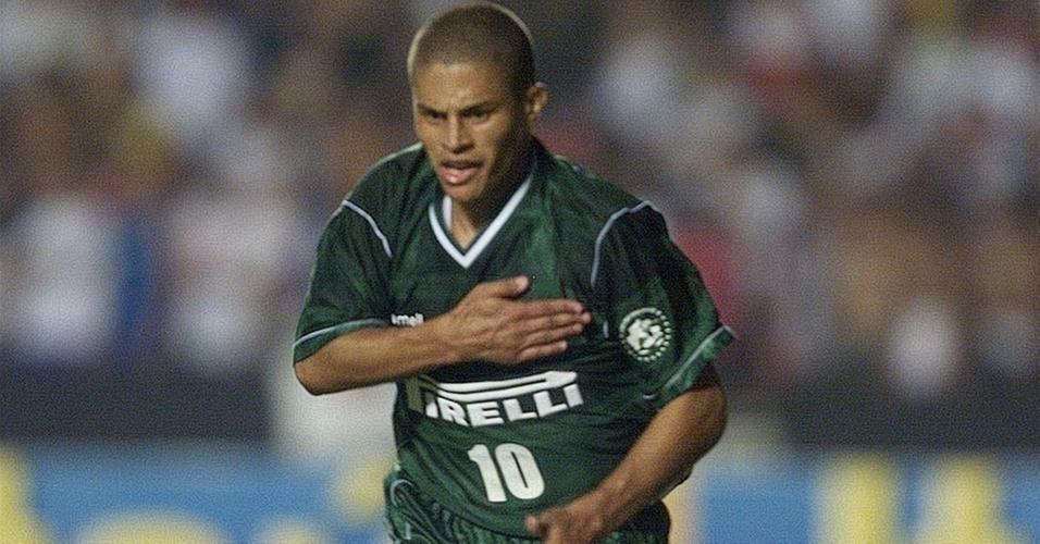 Alex comemora gol do Palmeiras em 2002