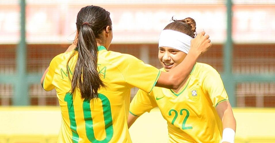 Marta e Thais comemoram gol do Brasil contra a Holanda em torneio em São Paulo