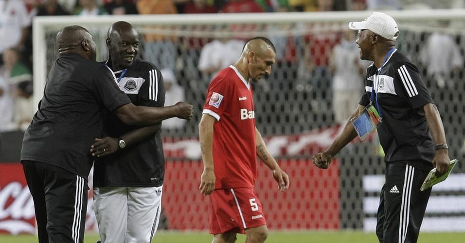 Guiñazu deixa o campo cabisbaixo enquanto africanos do Mazembe comemoram classificação para final do Mundial
