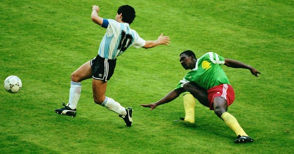 Maradona encara a marcação de Camarões na derrota da Argentina na Copa de 1990