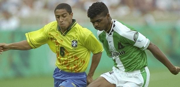 Roberto Carlos enfrenta Kanu no jogo entre Brasil e Nigéria nas Olimpíadas de 1996