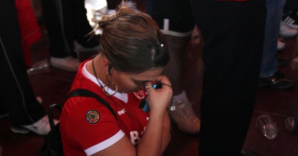 Torcedora chora no Gigantinho ao assistir a derrota do Inter para o Mazembe
