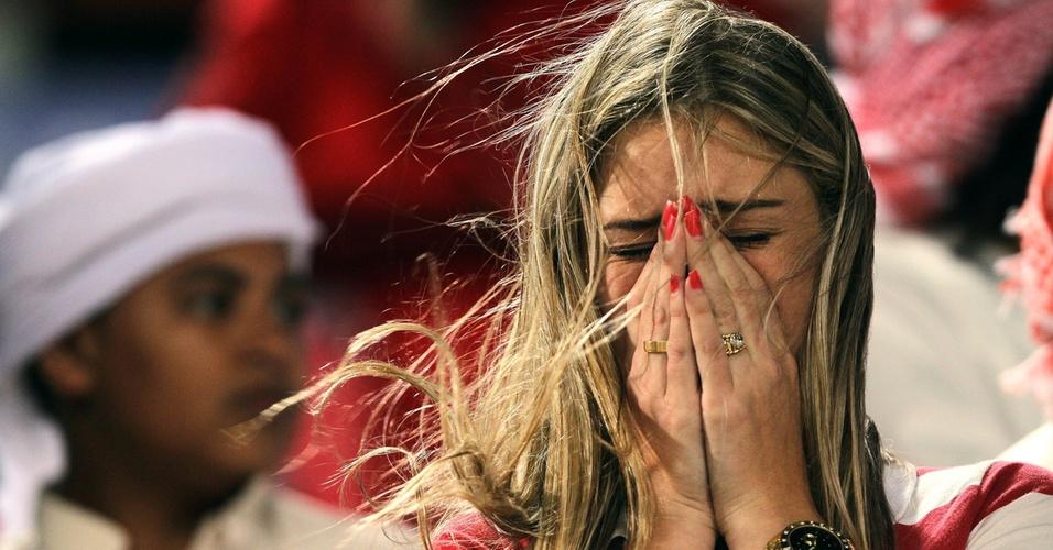 Torcedora do Internacional chora com a eliminação do clube para o Mazembe no Mundial da Fifa