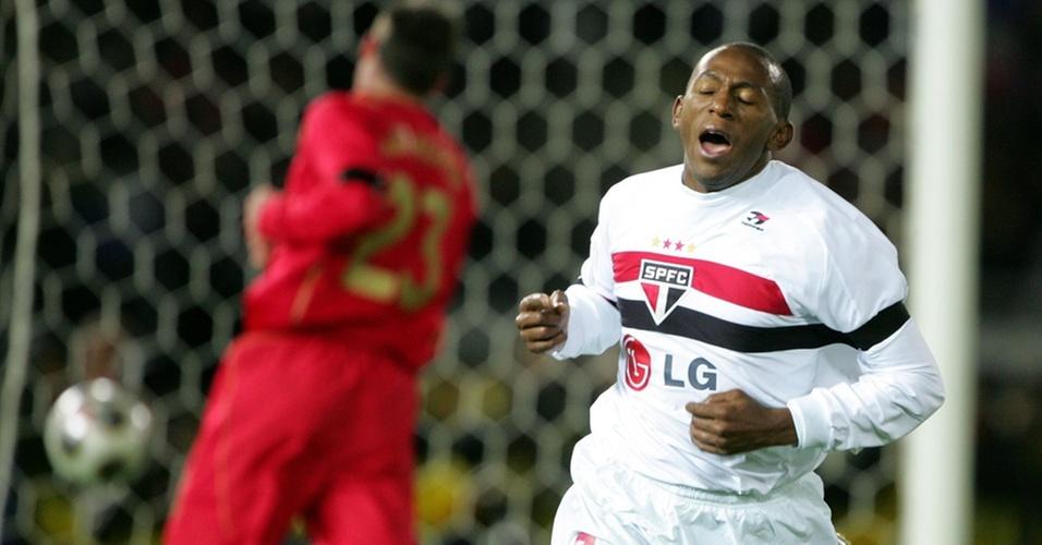 Mineiro celebra gol do São Paulo diante do Liverpool