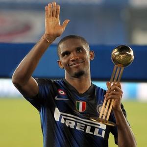 Samuel Eto'o,da Inter de Milão, recebe o prêmio de melhor jogador do Mundial de Clubes em Abu Dhabi