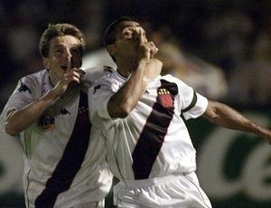 Juninho Paulista comemora com Romário um dos gols na final da Copa Mercosul em 2000