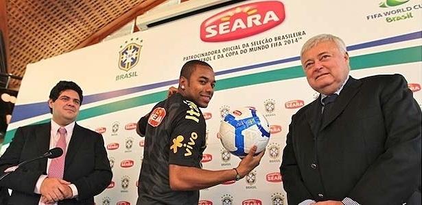 Robinho e Ricardo Teixeira mostram novo patrocinador da CBF