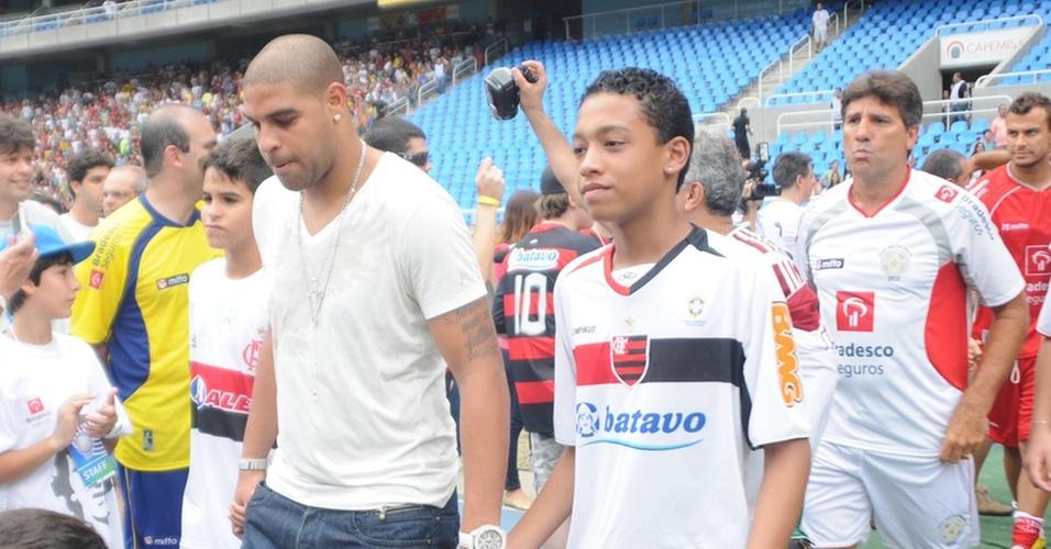 Adriano entra em campo para o Jogo das Estrelas, mesmo sem jogar