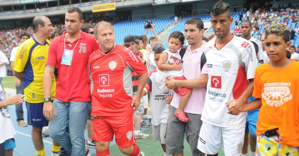 Capitães dos times, Zico (e) e Leo Moura puxam seus times na entrada em campo para o Jogo das Estrelas