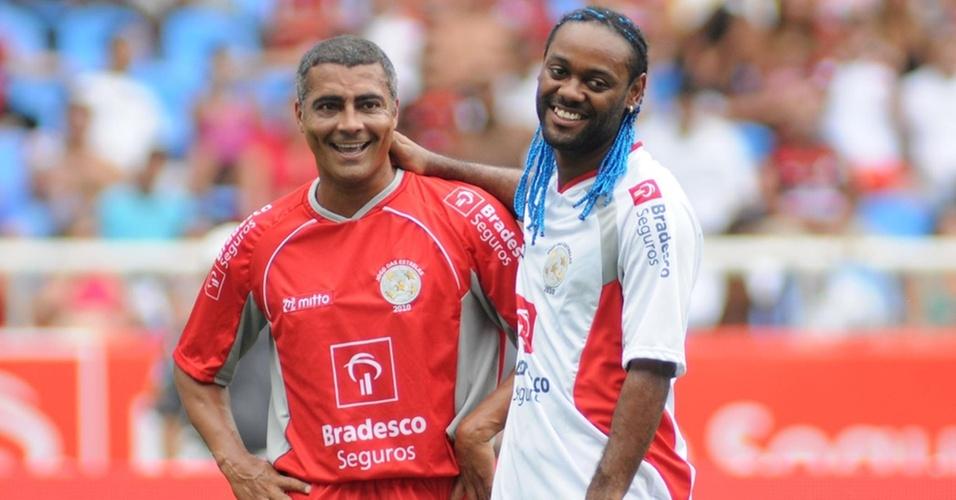 Romário e Vagner Love se cumprimentam antes do início do Jogo das Estrelas, no Rio