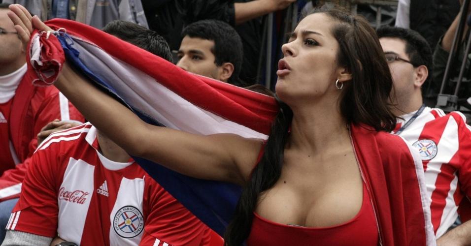 Larissa Riquelme, torcedora símbolo da seleção do Paraguai, torce por seu país durante a Copa de 2010