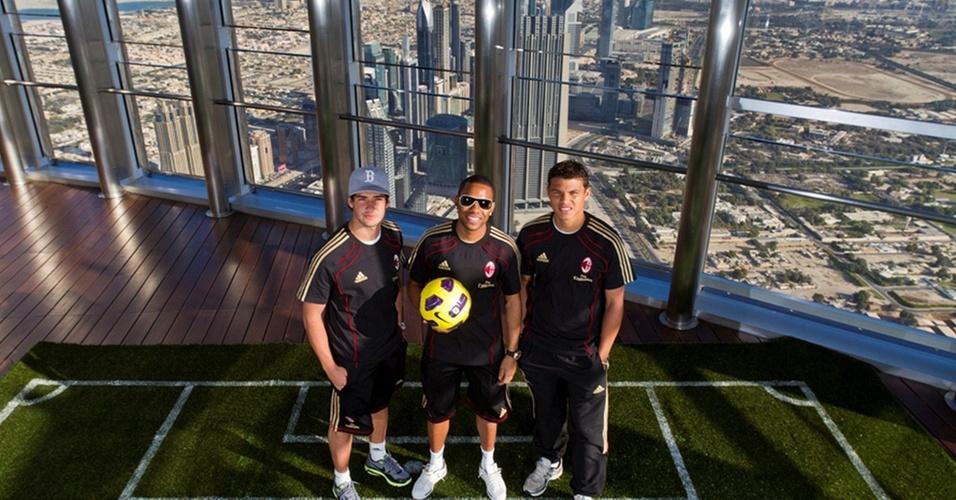 Pato, Robinho e Thiago Silva visitam o Burj Khalifa, prédio mais alto do mundo, em Dubai