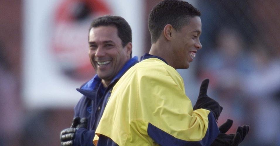Ronaldinho Gaúcho e Vanderlei Luxemburgo brincam em treino da seleção brasileira em 2000
