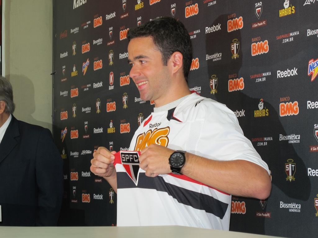Juan veste a camisa tricolor em sua apresentação oficial no São Paulo