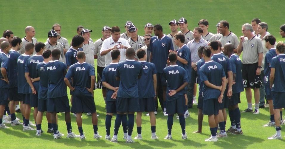 Joel Santana conversa com os jogadores do Botafogo antes do treino