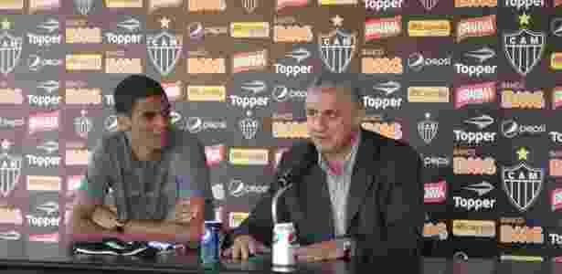 Leonardo Silva e Eduardo Maluf durante a apresentação do jogador - Bernardo Lacerda/UOL Esporte - Bernardo Lacerda/UOL Esporte