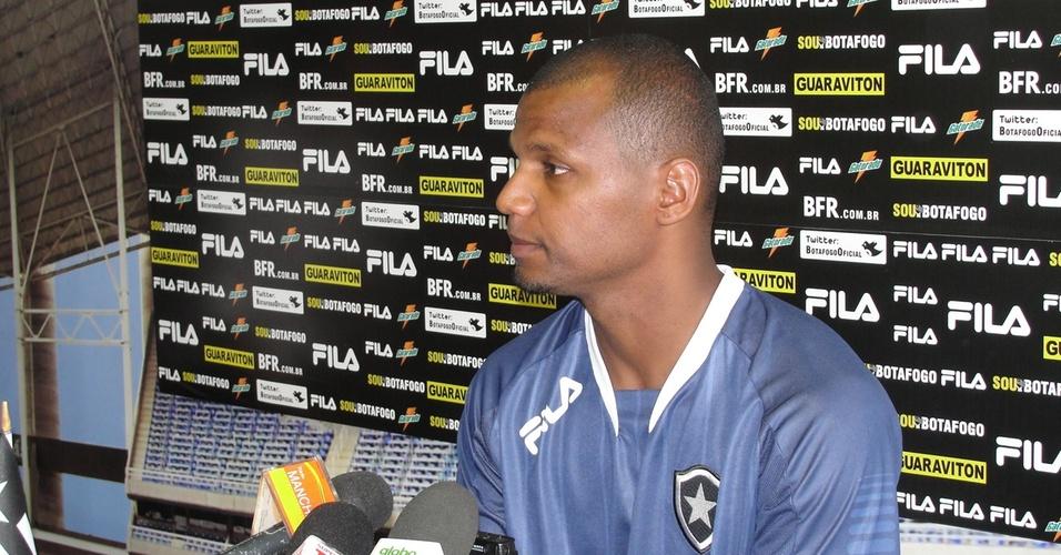 Jefferson concede entrevista coletiva na sala de imprensa do Botafogo