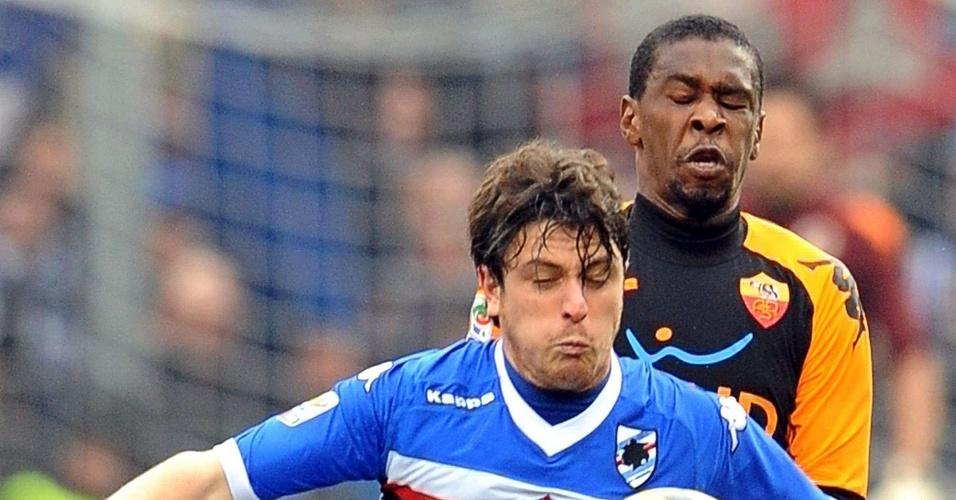 Juan disputa a bola com Nicola Pozzi durante jogo entre Sampdoria e Roma