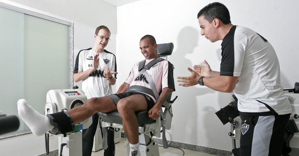 Diego Tardelli faz força nos testes físicos durante a pré-temporada atleticana
