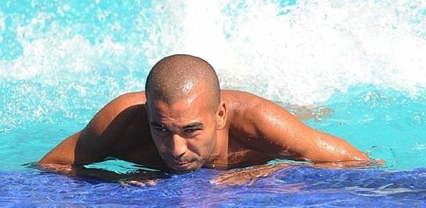 Emerson, do Fluminense, faz exercícios na piscina