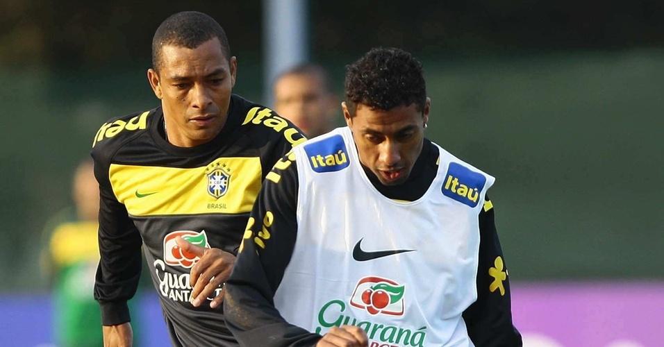 Gilberto Silva (e) e Kleberson disputam bola durante treino da seleção brasileira em 2010