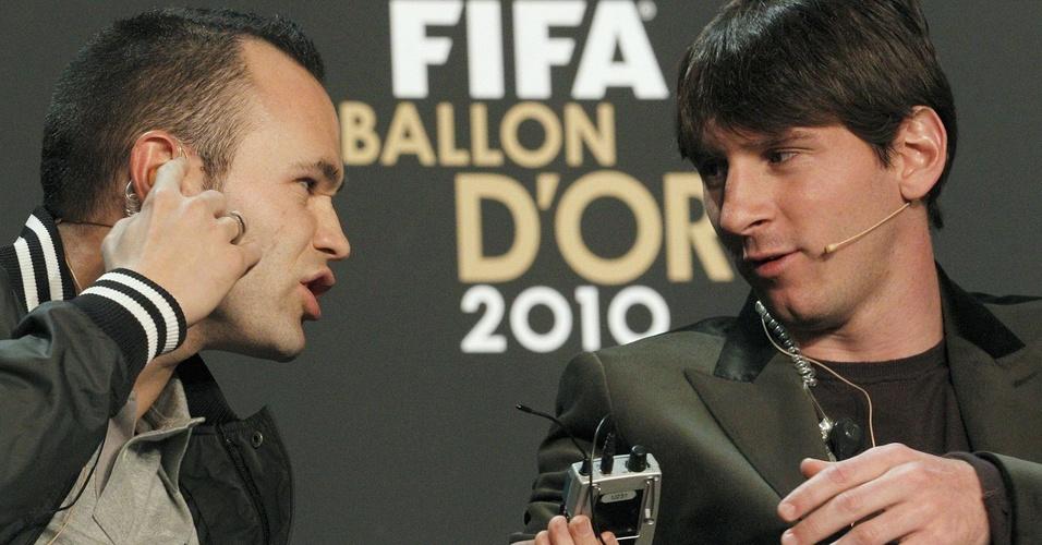 Iniesta e Messi conversam durante a coletiva de imprensa na premiação da Fifa