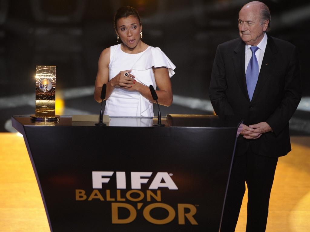 Marta chora ao receber o prêmio da Fifa de melhor do mundo pela 5ª vez