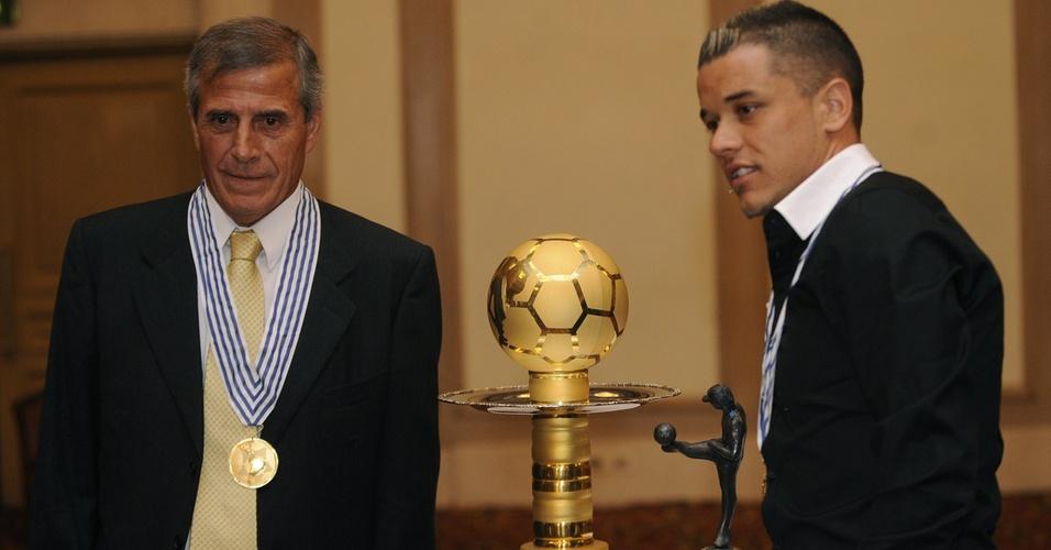 Tabarez, técnico do Uruguai, e D'Alessandro, do Inter, recebem prêmio de