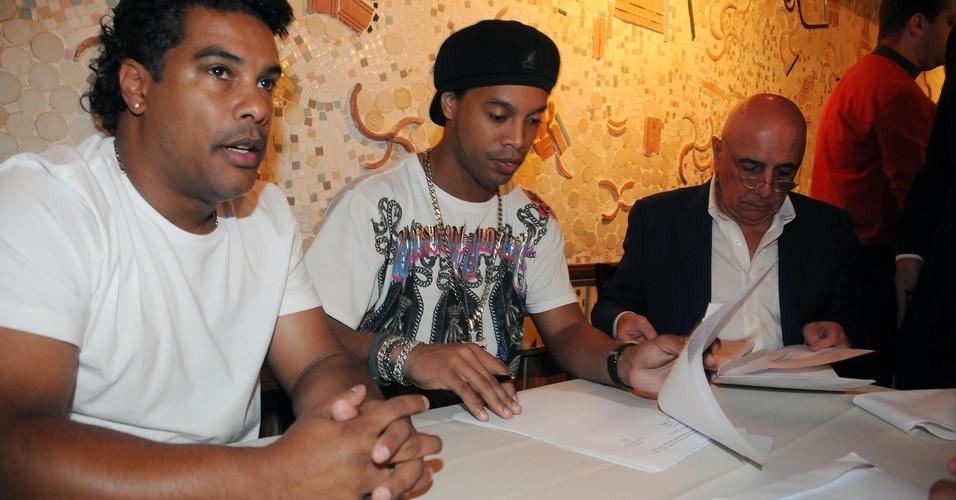 Assis, Ronaldinho e Adriano Galliani assinam contrato que leva o jogador para o Flamengo