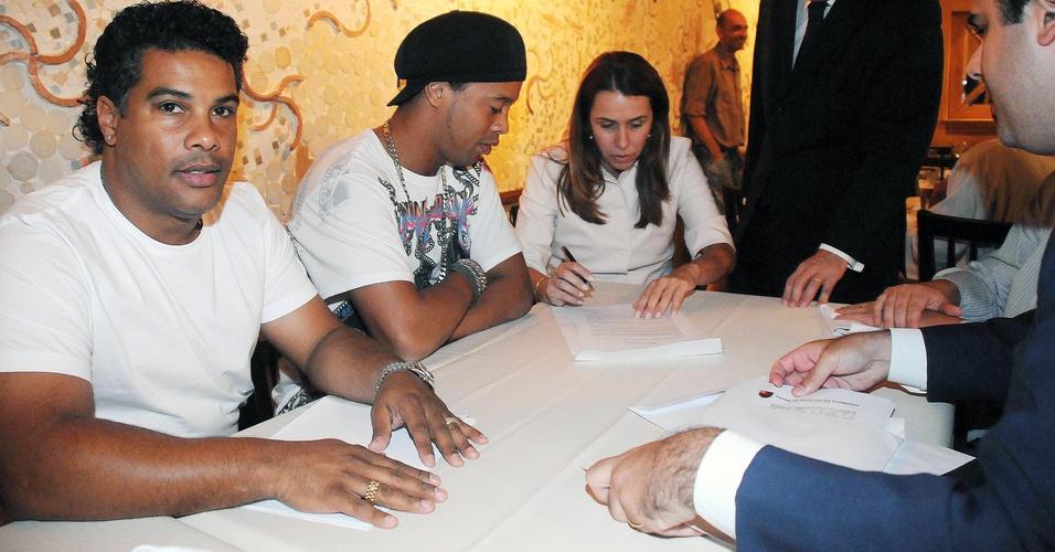Assis, Ronaldinho e Patrícia Amorim assinam contrato que leva o jogador para o Flamengo