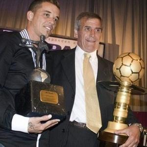 D'Alessandro e Tabárez posam com troféus de melhor jogador e técnico da América